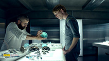 A still #18 from Ex Machina with Domhnall Gleeson and Oscar Isaac