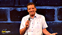 A still #17 from Henning Wehn: Eins, Zwei, DIY (2015)