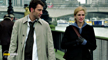 A still #19 from Closer with Julia Roberts and Clive Owen